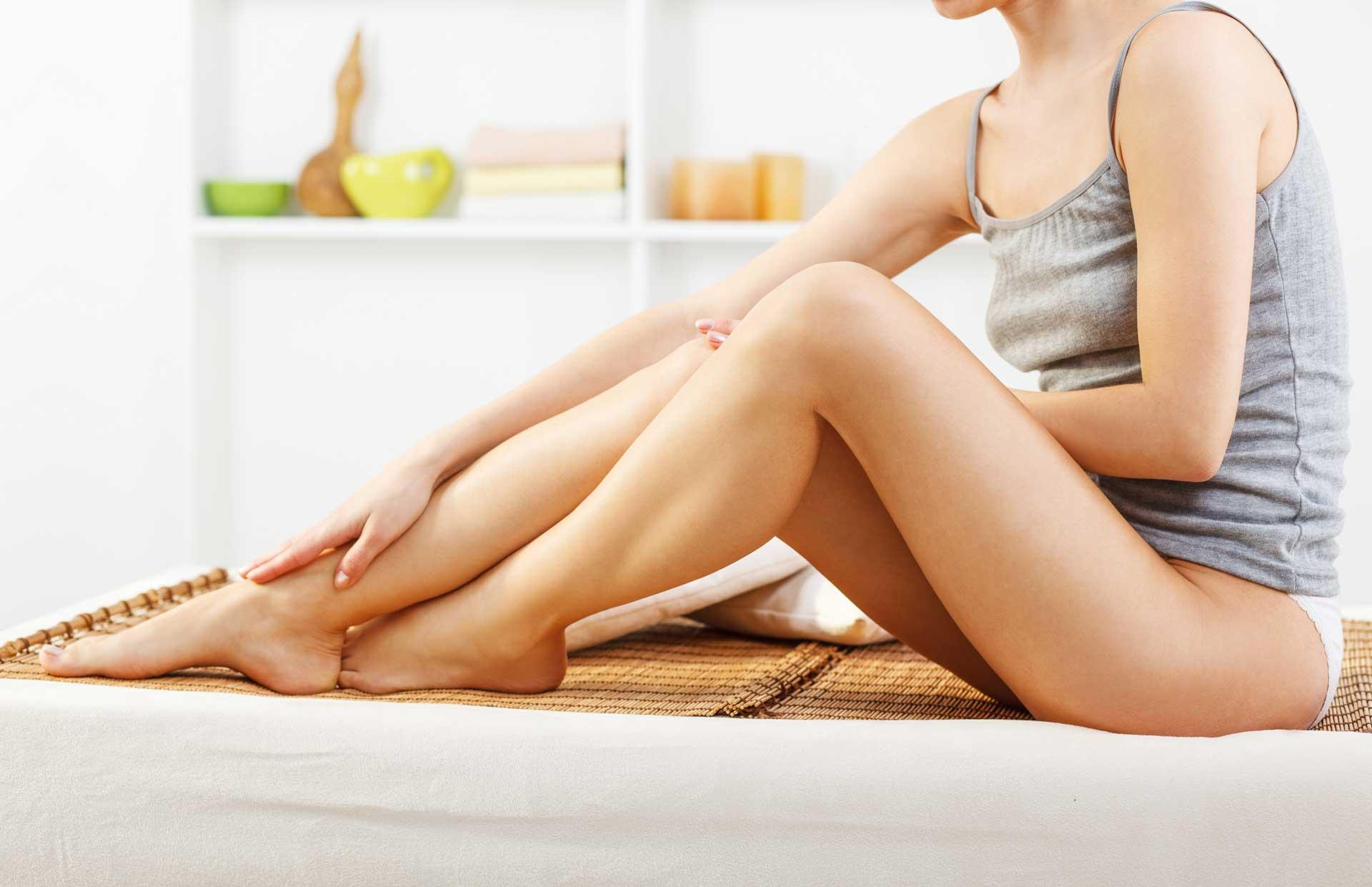 Laserhaarentfernung an den Beinen einer Frau